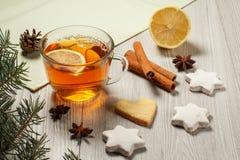 Tasse de thé avec la tranche du citron, biscuits de pain d'épice en étoile et Images libres de droits