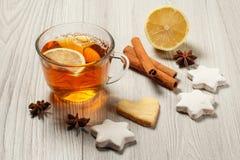 Tasse de thé avec la tranche du citron, biscuits de pain d'épice en étoile et Photographie stock