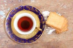 Tasse de thé avec le biscuit Photos libres de droits