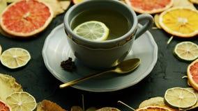Tasse de thé avec le citron et la cuillère banque de vidéos