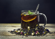 Tasse de thé avec le citron sur un fond en bois Photographie stock libre de droits
