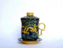 Tasse de thé avec le dragon d'or là-dessus Image libre de droits