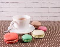 Tasse de thé avec le macaron français coloré Images libres de droits