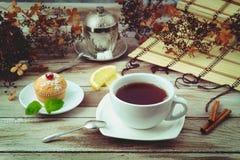 Tasse de thé avec le petit pain Photographie stock