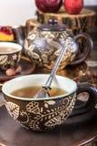 Tasse de thé avec le tamis dans la vieille maison de vintage Photographie stock