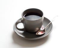 Tasse de thé avec le thé rouge sur la table photo stock