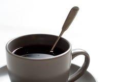 Tasse de thé avec le thé rouge sur la table photos libres de droits