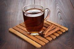 Tasse de thé avec les bâtons chauds de thé et de cannelle Photos libres de droits
