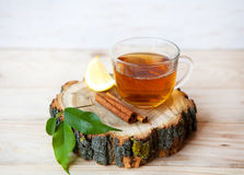 Tasse de thé avec les bâtons de cannelle et la tranche de citron Photographie stock libre de droits