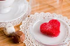 Tasse de thé avec les biscuits en forme de coeur Biscuits de rouge de sucre Images stock