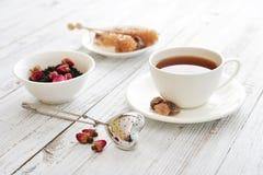 Tasse de thé avec les bourgeons roses secs Photo stock