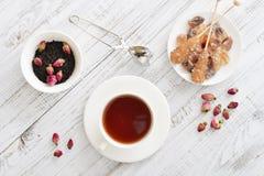 Tasse de thé avec les bourgeons roses secs Photos stock