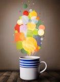 Tasse de thé avec les bulles colorées de la parole Image stock