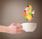 Tasse de thé avec les bulles colorées de la parole Photo stock