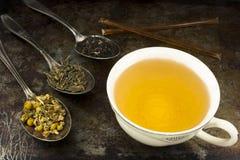 Tasse de thé avec les feuilles et le miel Photo stock