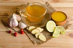 Tasse de thé avec les tranches et le gingembre de citron photos stock