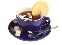 Tasse de thé bleue avec du sucre et le citron. Photographie stock libre de droits
