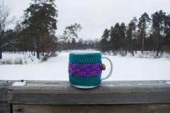 Tasse de thé chaud dans une couverture de knit Image libre de droits