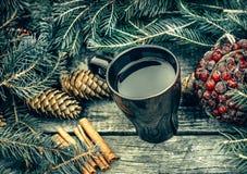 Tasse de thé chaud sur une table en bois rustique La vie toujours des cônes, cannelle, sapin s'embranche Préparation à Noël Photographie stock libre de droits