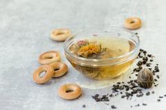 Tasse de plan rapproché chineese de thé et de biscuits sur le fond de table Photo libre de droits