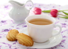 Tasse de thé, de biscuits et de tulipes Photographie stock libre de droits