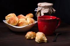 Tasse de thé, de biscuits faits maison et de pot de confiture Photos stock