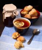 Tasse de thé, de biscuits faits maison et de pot de confiture Images libres de droits