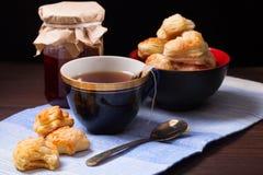 Tasse de thé, de biscuits faits maison et de pot de confiture Photo stock