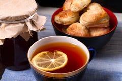 Tasse de thé, de biscuits faits maison et de pot de confiture Photos libres de droits