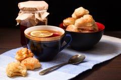 Tasse de thé, de biscuits faits maison et de pot de confiture Image libre de droits