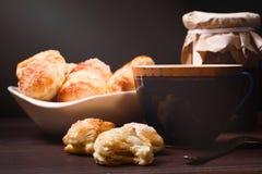 Tasse de thé, de biscuits faits maison et de pot de confiture Photographie stock