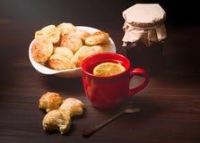 Tasse de thé, de biscuits faits maison et de pot de confiture Image stock