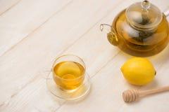 Tasse de thé de citron avec du miel sur le fond en bois blanc Photos stock