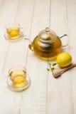 Tasse de thé de citron avec du miel sur le fond en bois blanc Photographie stock libre de droits