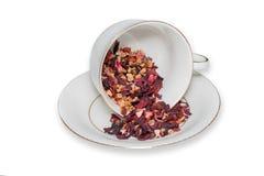 Tasse de thé de feuilles de thé de fruit sur le fond blanc Image libre de droits