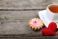 Tasse de thé, de gâteau et de coeur rouge Photos libres de droits