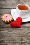 Tasse de thé, de gâteau et de coeur rouge Photographie stock libre de droits