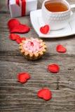 Tasse de thé, de gâteau et de coeur rouge Photo libre de droits