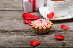 Tasse de thé, de gâteau et de coeur rouge Photographie stock