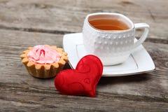 Tasse de thé, de gâteau et de coeur rouge Images libres de droits