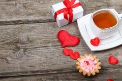 Tasse de thé, de gâteau et de coeur rouge Image libre de droits
