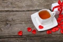 Tasse de thé, de gâteau et de coeurs rouges Photo libre de droits