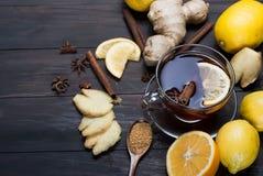 Tasse de thé de gingembre avec le citron et le miel sur le CCB en bois de brun foncé Image stock