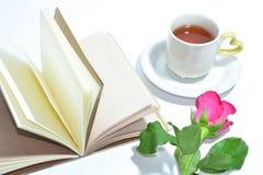 Tasse de thé de l'amour, du livre fait main et de la rose de rose Photographie stock