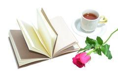Tasse de thé de l'amour, du livre fait main et de la rose de rose Photo stock