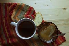 Tasse de thé, de pain grillé et de plat avec du miel Image stock