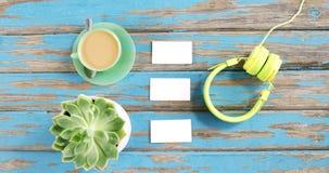 Tasse de thé, de plante de Vera d'aloès, de cartes de visite professionnelle de visite et d'écouteurs banque de vidéos