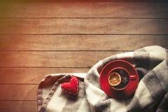 Tasse de thé et écharpe avec des formes de coeur Photographie stock libre de droits