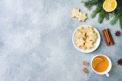 Tasse de thé et de biscuits, branches de pin, bâtons de cannelle, étoiles d'anis Noël, concept d'hiver Vue supérieure de configur photo libre de droits