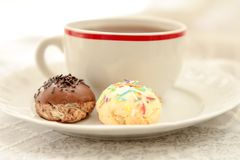 Tasse de thé et de biscuits faits maison sur le tissu blanc photo stock